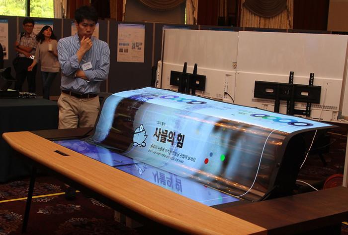 LG Display представила 77-дюймовый гибкий прозрачный OLED-экран