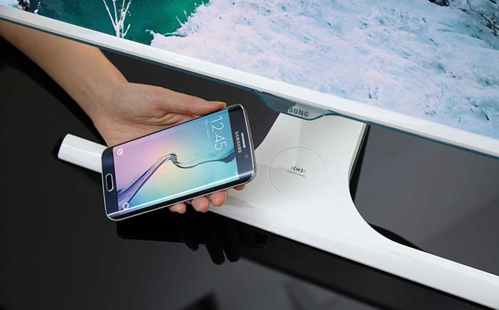 Samsung представляет первые мониторы со встроенной беспроводной зарядкой для смартфонов