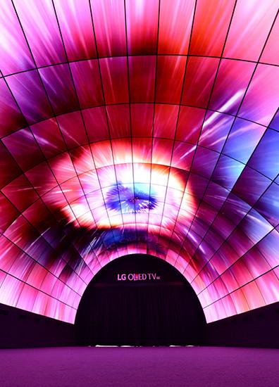 IFA 2016. LG построила 15-метровый тоннель из изогнутых OLED-панелей
