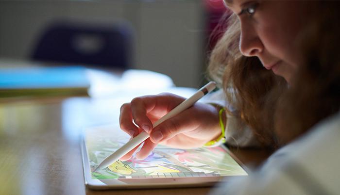 Apple анонсировала новый самый дешевый iPad. Он оснащен 9,7-дюймовым экраном и поддерживает Apple Pencil