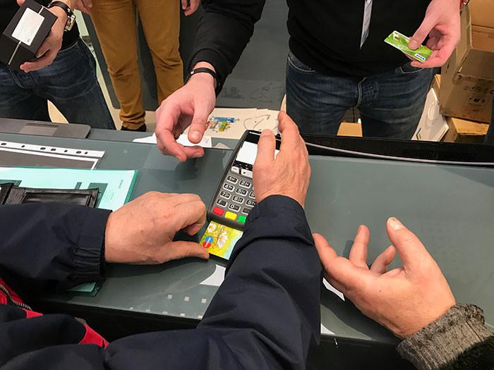 Пять часов в очереди за смартфоном: Невероятный ажиотаж на открытии магазина LeEco в Москве